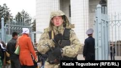 Президент Назарбаевтың айт күні Орталық мешітке келер сәтінде мешіт алдында тұрған қауіпсіздік қызметкері. Aлматы, 16 қараша 2010 жыл..