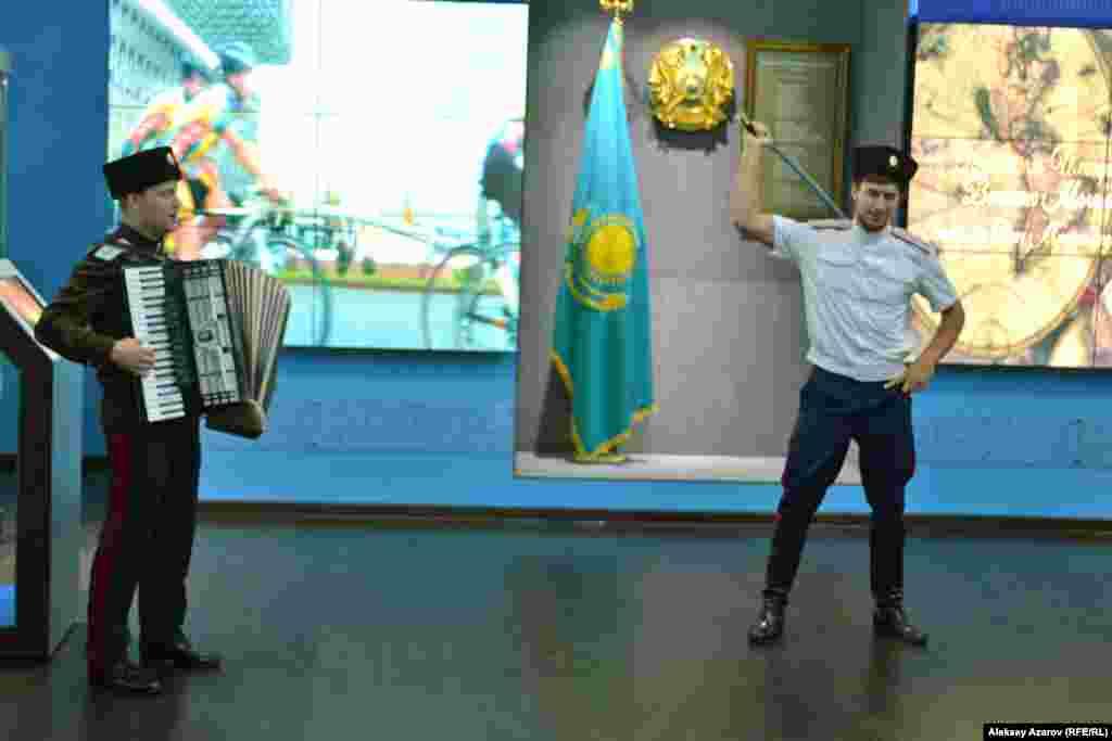 Гостям на открытии выставки была представлена короткая концертная программа – в том числе казачья лезгинка с шашкой.
