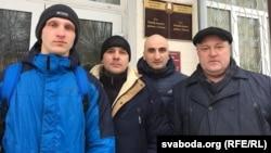 Арцём Стома, Аляксандар Акулаў, Юры Шаройкін і Леанід Судаленка каля суду