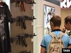 Посетители в магазине концерна «Калашников» в аэропорту Шереметьево.