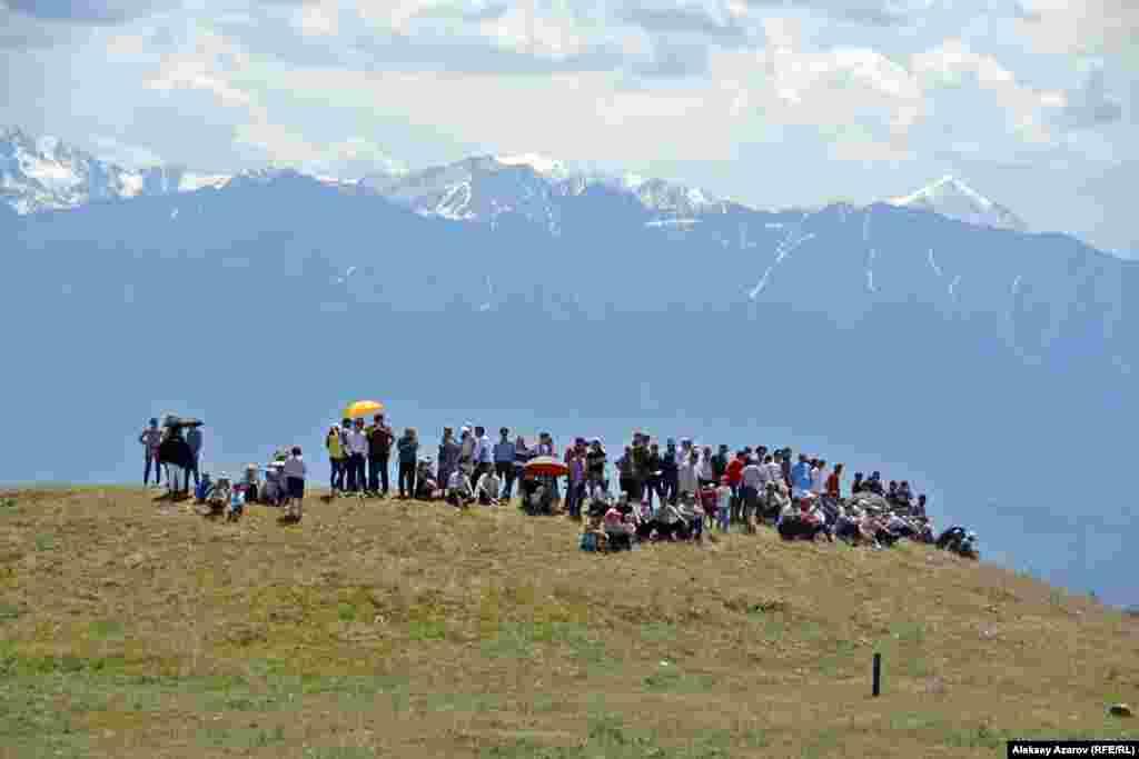 Зрители аламан-байги разместились на вершинах и склонах близлежащих курганов.
