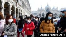 Венеція, Італія, 24 лютого 2020 року: останні дні Венеційського карнавалу скасували через спалах хвороби, туристи в масках