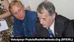 Мустафа Джемілєв Хайсера (праворуч) та його адвокат Олександр Лісовий, Сімферополь, 30 травня 2013 року