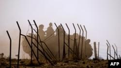 Izrael - Një automjet i blinduar i ushtrisë izraelite bënë manovra në afërsi të kufirit verior me Sirinë, përgjatë Rrafshnaltës Golan së okupuar (ilustrim).