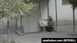 Aşgabat, gazet okaýan adam