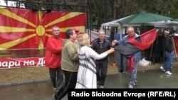 Луѓе играат оро во провладиниот камп пред македонското Собрание во Скопје.