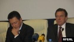 """Казахстан -Германин канцлер хилла Шредер Герхард а, Казахстанерчу """"Казэнергин"""" куьйгалхо Кулыбаев Тимур а. Aстана, 25Ман09"""
