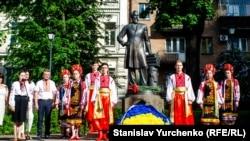 Біля пам'ятнику Борису Грінченку (1863–1910) в Києві, 4 травня 2018 року