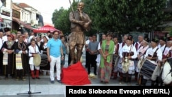 Споменик на македонскиот музичар Пеце Атанасоски во Прилеп.