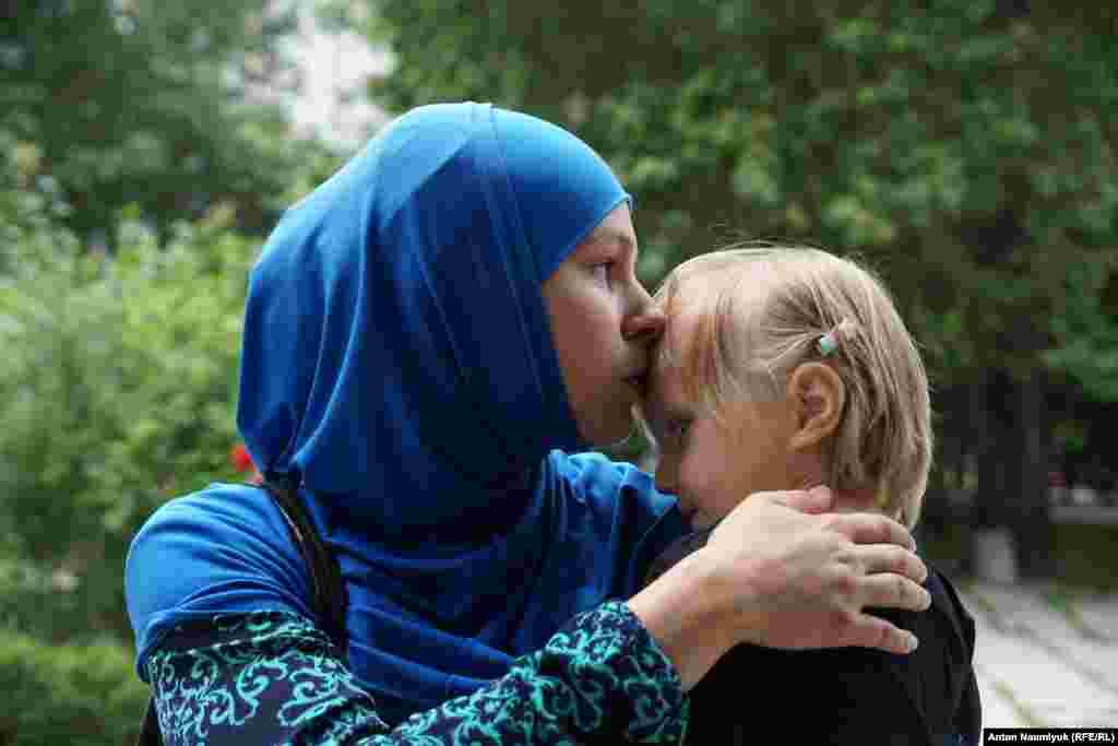 Жена фигуранта ялтинского «дела Хизб ут-Тахрир» Вадима Сирука Анна Богачева с ребенком
