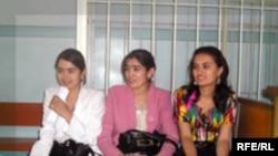 Аз чап ба рост -- Саида Қурбонова, Фарангис Набиева ва Муҳайё Нозимова, журналистон дар курсии айбдоршаванда