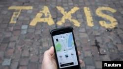 Mobil telefonda Uber tətbiqi