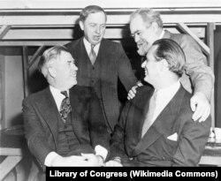 Сын президента среди отцов-основателей Прогрессивной партии. Сидят (слева направо) Генри Уоллес и Эллиот Рузвельт, стоят Харлоу Шепли и Джо Дэвидсон. 1947. Из коллекции Библиотеки Конгресса США