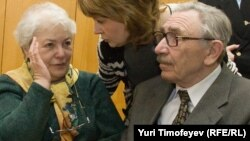 Марина (слева) и Борис (справа) Ходорковские -родители Михаила Ходорковского - в зале суда на втором процессе Михаила Ходорковского