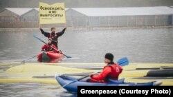 Активисты Гринпис в бухте Средняя, фото с сайта организации