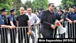 Тбилиси, 24 мая 2013 года: противники ЛГБТ-сообщества были отделены от участников гей-акции
