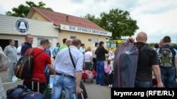 Люди толпятся на переправе из Керчи в Крым