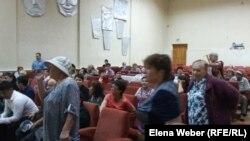 Пенсионеры на общественных слушаниях по тарифам в Темиртау. 5 июля 2016 года.