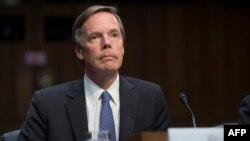 Поранешниот амбасадор на САД во НАТО, Николас Барнс сведочи за време на сослушувањето на Комитетот за разузнавање на американскиот Сенат за руските активности на изборите во други земји, на Капитол Хил во Вашингтон, 28 јуни 2017 година