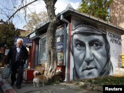 Lik haškog optuženika Ratka Mladića na jednom zidu u Zvečanu, oktobar 2011