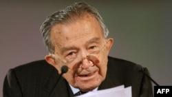 Италиянын Христиан-демократиялык партиясынын мурдагы лидери Жулио Андреотти коррупция чатагына байланыштуу кызматынан кеткен