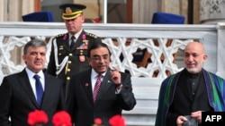 (Солдон оңго): Түркиянын президенти Абдулла Гүл, Пакистандын лидери Али Атиф Зардари жана Ооган президенти Хамид Карзай, Стамбул, 1-ноябрь, 2011-жыл