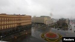 Будівля ФСБ Росії (л) у центрі Москви