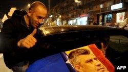 Сторонники Демократической партия Косова празднуют успех на выборах