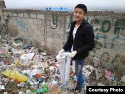 Волонтер организации MoveGreen собирает мусор в Бишкеке.