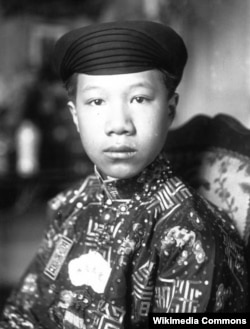 Бывший принц Нгуен Винь Туи, новый 13-летний император Бао Дай