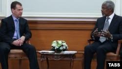 Rusiya prezidenti Dmitry Medvedev (solda) və Kofi Annan, Moskva 25 mart 2012