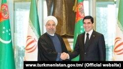 Eýranyň prezidenti Hassan Rohani (sagda) türkmen kärdeşi Gurbanguly Berdimuhamedow bilen görüşýär.