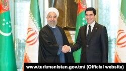 Президент Ирана Хасан Роухани (слева) и президент Туркменистана Гурбангулы Бердымухамедов (справа), Ашхабад, 11 марта, 2015 (архивное фото)