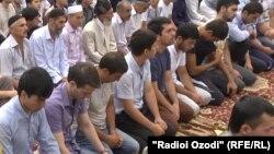 На праздничной молитве по случаю завершения Рамадана в Таджикистане.