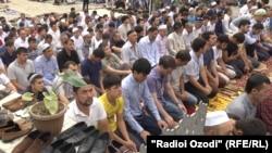 Верующие читают намаз в центральной мечети в Душанбе.