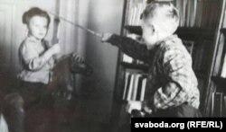 Юры Дракахруст (зьлева) і ягоны брат Алег Манаеў гуляюць у дзяцінстве