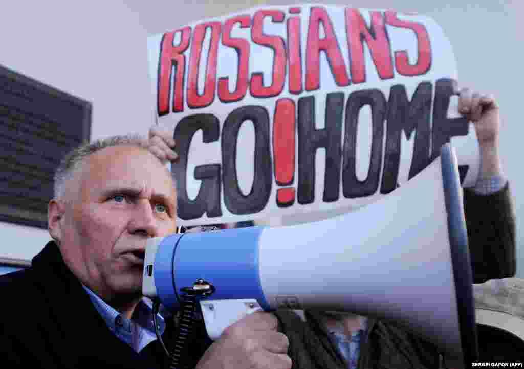 Екс-кандидат у президенти та колишній політв'язень, білоруський опозиціонер Микола Статкевич під час акції протесту у Мінську. 4 жовтня 2015 року