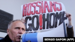 Николай Статкевич выступает на митинге в Минске. 4 октября 2015 года.