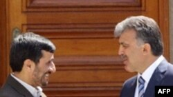 آقای احمدی نژاد روز جمعه، قبل از ترک استانبول گفت او اميدوار است دو کشور همسايه به زودی بتوانند قرارداد انرژی را امضا کنند.(عکس: AFP)