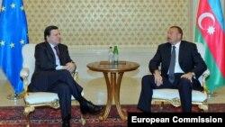 Встреча президента Еврокомиссии Жозе Мануэля Баррозу (слева) и президента Азербайджана Ильхама Алиева в Баку (архив)