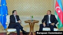 Жозе Мануел Баррозу (л), Ільгам Алієв (п), архівне фото 2011 року