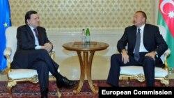 Arxiv fotosu. Avropa Komissiyasının prezidenti Jose Manuel Barroso (solda) Bakıda prezident İlham Əliyevlə görüş zamanı. 13 yanvar 2011