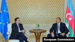 Жозе Мануэль Баррозу (слева) и Ильхам Алиев, Баку, 13 января 2011