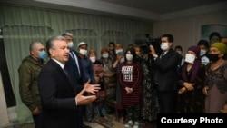Шавкат Мирзиёев ҳини суҳбат бо мардум. Акс аз бойгонӣ.