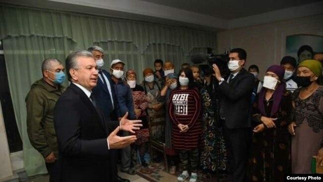 Президент Шавкат Мирзияев на встрече с гражданами, эвакуированными после прорыва дамбы на Сардобинском водохранилище.