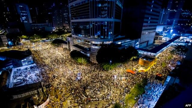 Тисячі людей зібралися в урядовому кварталі Гонконгу 28 вересня, вимагаючи вільних виборів