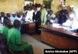 Обвнияемые в гомосексуальности в шариатском суде в Баучи, Нигерия. 22 января 2014 г.