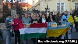 Акція протесту біля посольства Італії в Будапешті, 12 березня 2018 року