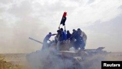 Լիբիա - Ընդդիմադիրները տանկի վրա` Աջդաբիա քաղաքի մոտակայքում, 2-ը մարտի, 2011թ.