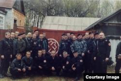Павло Губарєв (нижній ряд, третій ліворуч) на груповому фото з членами російської ультранаціоналістичної групи «Російська національна єдність»